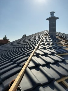 Beginn Dacheindeckung mit engobierten Tondachziegeln