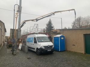 Beengte Platzverhältnisse für Kran, Pumpe und Betonmischfahrzeug