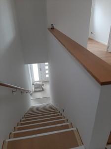 Komplettierung der Treppe mit den Holzbelägen (Trittstufen abgedeckt) und Handlauf