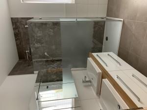 Doppelwaschtisch und Dusche