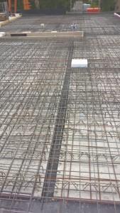 Deckenelemente mit Zulagebewehrung, erkennbar die Aussparung für die Treppe und der Platzhalter für den Schornstein