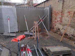 Stellen der Betonfertigteil-Hohlraumwände für das Carport