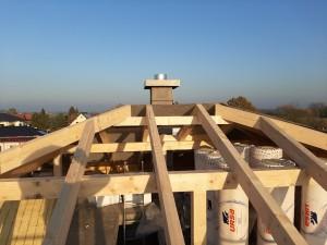 Der Dachstuhl ist gerichtet, der Schornstein aufgemauert.