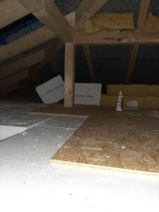 Verlegung der Dampfsperre, Wärmedämmung und OSB-Platten im Spitzboden