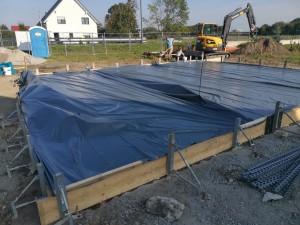 Abdeckung der Bodenplatte zum Schutz vor Witterungseinflüssen, Beginn Entwässerungsarbeiten