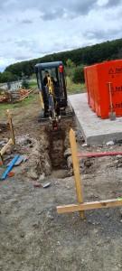 Bodenplatte ausgeschalt, Steine angeliefert, Entwässerungskanalarbeiten