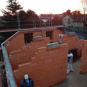 Dachgeschoss mit den Betonauflagern für die Mittelpfetten
