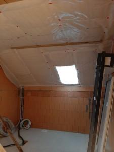 Anbringen der Dampfsperre in der Dachschräge und Kehlbalkenlage