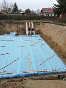 Bodenplatte betoniert und abgedeckt!