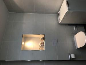 spülrandloses WC mit indrekter Beleuchtung im Einbaukasten